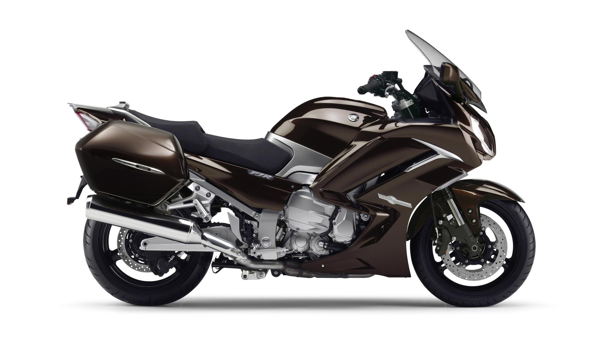 2014-Yamaha-FJR1300AE-EU-Magnetic-Bronze-Studio-002-osob